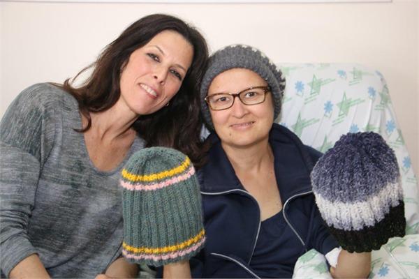 חלוקת כובעים לחולים