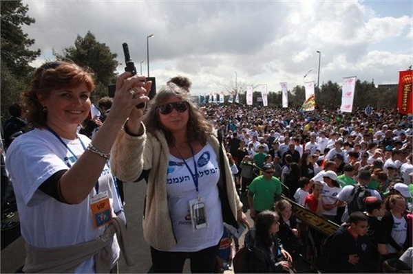 Mrs. Ziv and Ms. Tamar Safar at the ICA Popular Race
