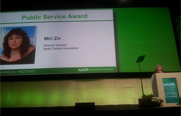 Mrs. Ziv receiving the AACR Prize