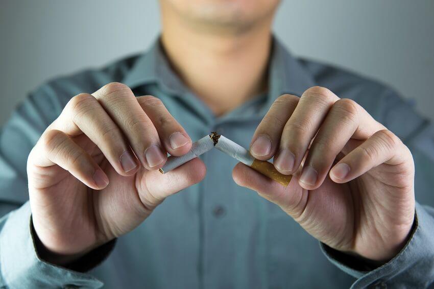 בן אדם שובר סיגריה ביד